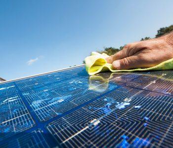 Limpiar paneles solares para mejorar el autoconsumo eléctrico